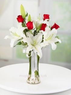 Cam vazoda Lilyum ve Kırmızı Güller