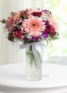 Pembe gerbera ve mevsim çiçekleri